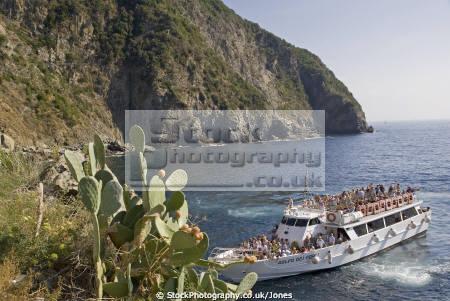 ferry arriving riomaggiore italy cinque terre italian european italia riviera liguria mediterranean lands italien italie