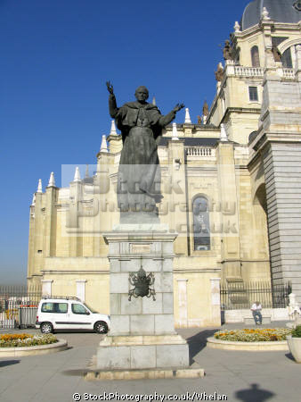 statue pope john paul 2nd madrid cathedral spanish espana european spain spanien espa espagne la spagna