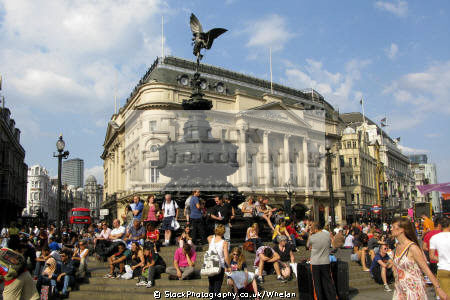 crowds piccadilly circus summer afternoon famous sights london capital england english eros sunshine westminster cockney angleterre inghilterra inglaterra united kingdom british